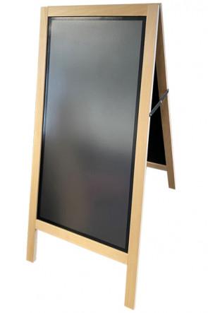 Træskilt i lyst træ, m/magnetisk sort skrivetavle samt front plade plakat str. 425x875mm.